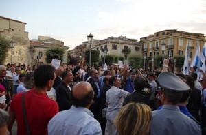 Fondi, 9 settembre 2009, la piazza isola i provocatori guidati dal sindaco